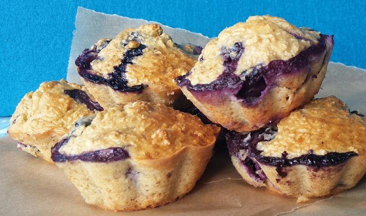 Wer sagt er hat morgens für gesundes Frühstück keine Zeit, weiß nur nicht wie er's machen soll! Dieses Rezept ist in weniger als 5 Minuten zusammengerührt und muss danach nur noch für 30 Minuten in den Backofen! In der Zeit kann man schnell duschen gehen, sich anziehen und wenn man fertig ist, sind auch die Muffins zum verzehr bereit! Wie du die schnellen Frühstücksmuffins backen kannst, erfährst du in diesem Post! PS: Diese Protein Muffins kommen ganz ohne Ei aus! Für diejenigen unter euch…