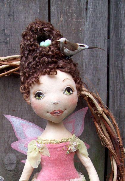 Весенняя Феечка. «ВЕСЕННЯЯ  ФЕЯ»    ...Прохладный ветер ей плетёт любовно косы,   Несёт за ней ажурный шлейф из лепестков...   Даруют пчёлы мёд... Нектаром поят росы...   Луга ей кружево свивают из вьюнков...    ... Порхает Фея над землёю…