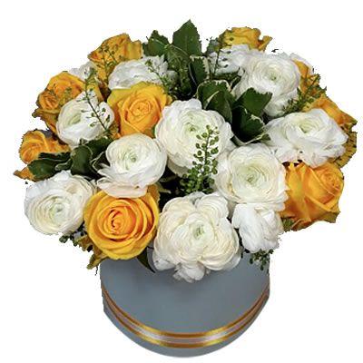 9 роз, 15 ранункулюсов, 1 грин белл, 1 пучок питоспорума в коробке размером 17*18 см