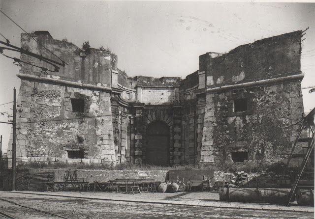 C'ERA UNA VOLTA GENOVA - Porta del Molo (alias Porta Siberia) once missing his strategic function was abandoned and become part of the port area. Here in a picture around year 1900.