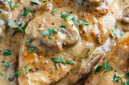 """Κοτόπουλο με λαχανικά σε κρεμώδη σάλτσα κρέμας γάλακτος και μουστάρδας. Μια εύκολη συνταγή που μας έστειλε ο φίλος μας Βασίλης Βέκιος για ένα πάντα ευπρόσδεκτο απ"""" όλη την οικογένεια πιάτο. Συνοδεύστε το με ρύζι ή"""