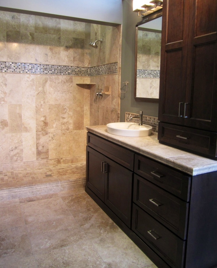 Glass Tiles In Bathroom: A Travertine Bath With A Strip Of Glass Mosaic As An