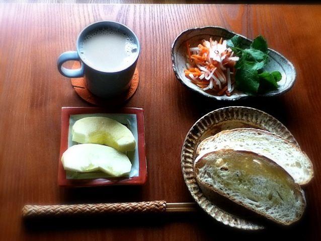 朝ご飯と言いつつ食べてたら昼になってもーた。ルヴァン ナチュラル カンパーニュというパンは札幌ファクトリーのムーラン.ド.ギャレットの。わりとハード系充実。 - 7件のもぐもぐ - 朝ご飯:ベトナムなます風サラダ カンパーニュ 豆乳ミルクティー りんご by ヤマモトショウコ