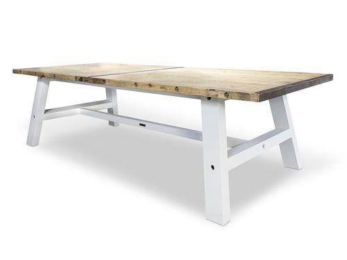 Met de hand vervaardigde eettafel met een blad van steenschotten en robuuste poten van balken. Eettafel heeft de afmeting van 280cm x 100cm x 78cm. De tafelpoten zijn afgelakt met de kleur RAL9010.