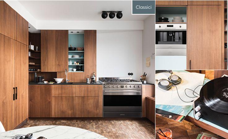 Mooie elementen: - Houtkleur - Open rek + schuifdeur + accentkleur binnenkant bovenkast - Koelkast (!!) - Achter de tweede deur van de koelkast kun je ook de microgolfoven bewaren