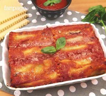 I rotoli di lasagna sono un'alternativa originale e sfiziosa alla classica lasagna. Un primo piatto ripieno di ricotta e spinaci e reso filante da una golosa e filante scamorza, il tutto ricoperto da morbida salsa di pomodoro. Ecco come prepararli!