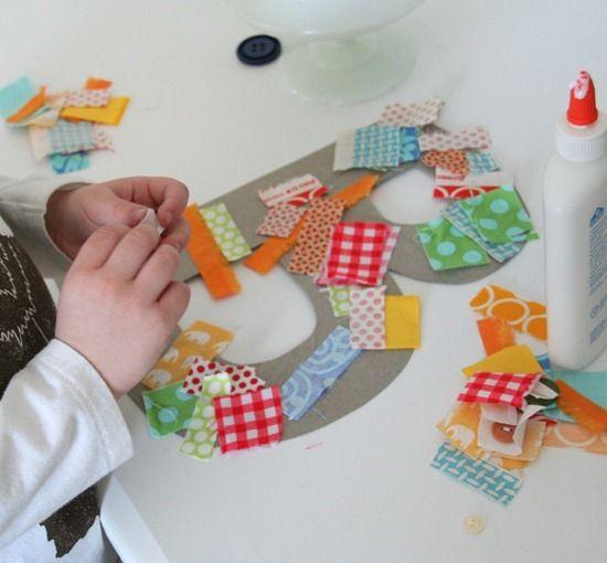 Decorant lletres amb trocets de tela