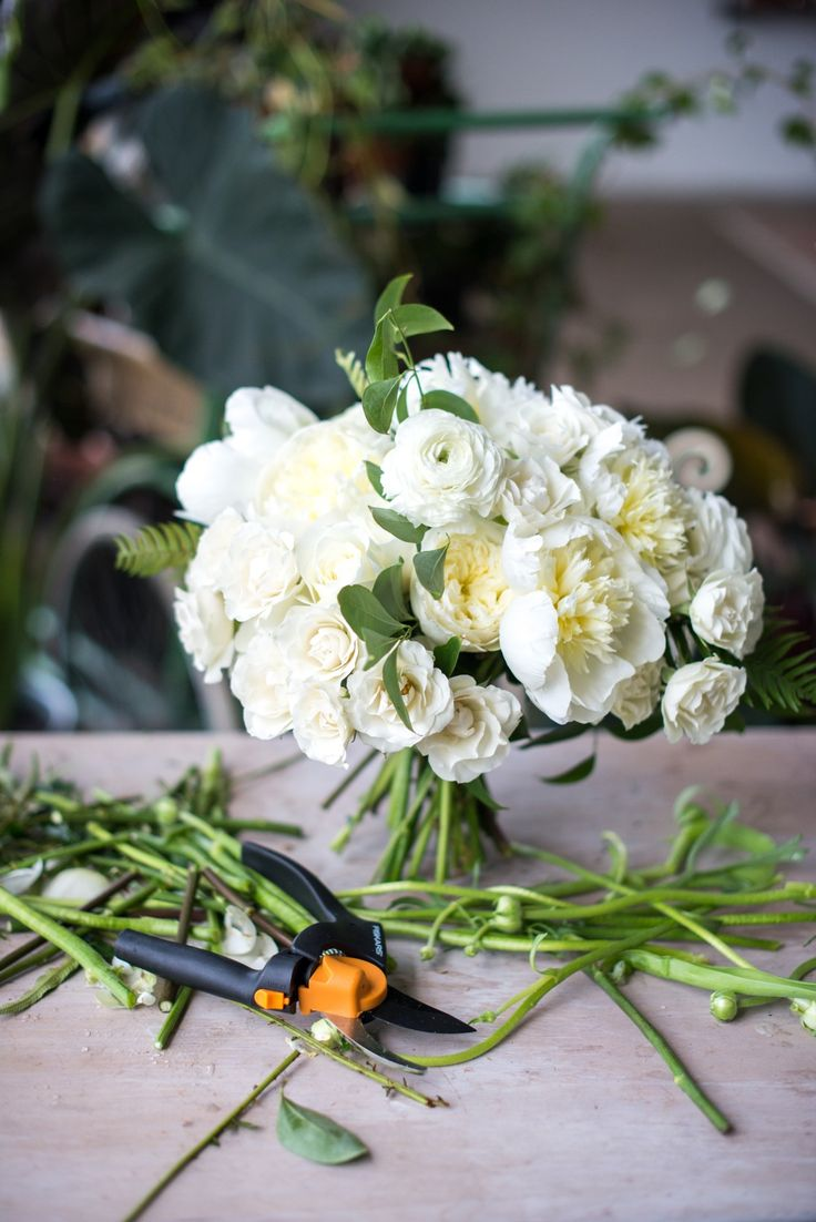 No matter the season, Spring, Summer, Winter or Autumn, this beautiful flower arrangement will never go out of style. Learn how to make this stunning wedding bouquet from Ruffled.