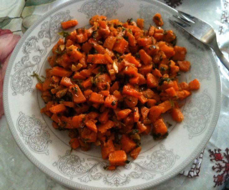 Her er opskriften på en mere spændende og anderledes gulerodssalat end den traditionelle revne gulerodsalat. Denne marokkanske gulerodssalt er en klassiker i det marokkanske køkken, da det er et fa…