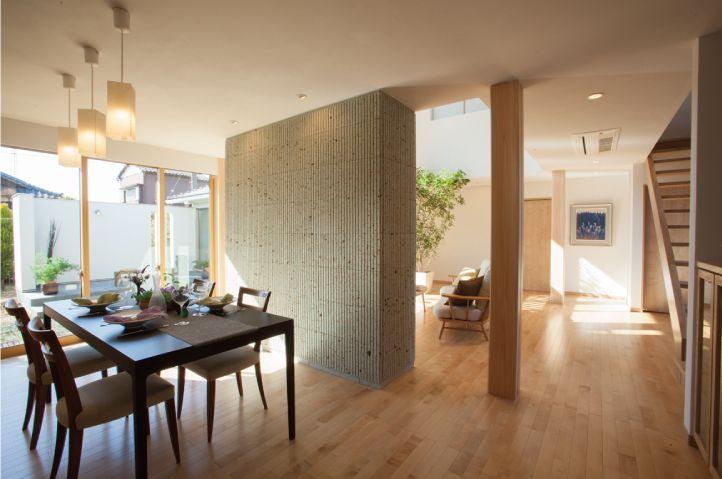 和モダンな印象を際立たせる大谷石の間仕切り壁。|インテリア|モダン|ダイニング|おしゃれ|ウッド|リビング|
