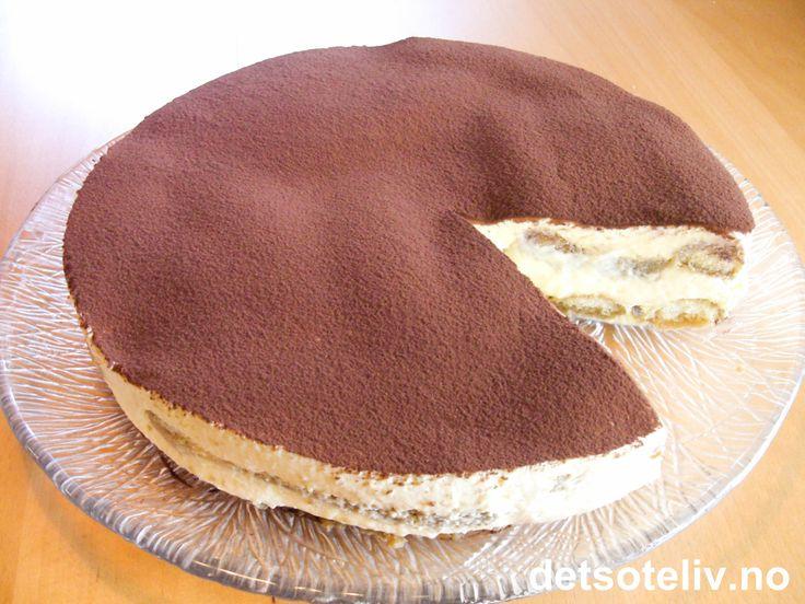 """Her har du en av verdens kjenteste desserter - og kanskje også den aller beste! """"Tiramisù"""" betyr """"trekk meg opp"""" på italiensk. Desserten smaker fantastisk av kaffe, likør, mascarponeost og kakao - og du får den her med kakefasong. For den helt klassiske, italienske varianten, se oppskrift på den noe mektigere """"Tiramisù"""" på detsoteliv.no."""