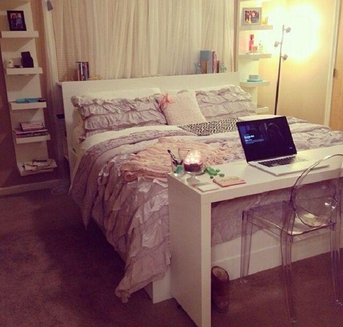 Небольшой и комфортный письменный стол дополнит общее пространство комнаты у изножья кровати.