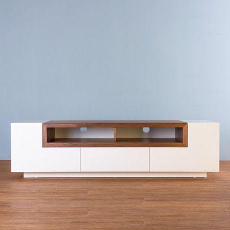 Diseño contemporáneo logrado a través de la combinación de acabados en un mismo material, dicho contraste resalta cada espacio, distribución pensada para el acomodo de tu consola, reproductor o TV de tu preferencia. Un complemento único para tu hogar.