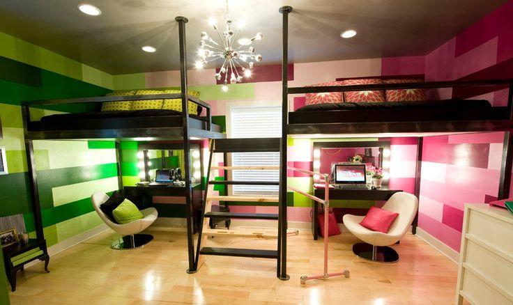 camas para niño y niña en forma de literas y con edredones rosa y verde en el mismo cuarto