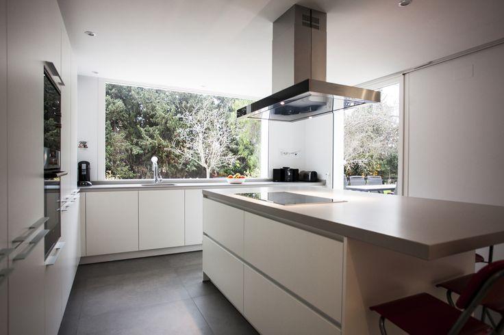 Cocimed ha diseñado esta cocina Santos, una amplia cocina de lineas rectas y sencillas donde el ventanal cobra gran importancia por la luz que aporta a la estancia. Cocimed, distribuidor oficial de cocinas Santos.