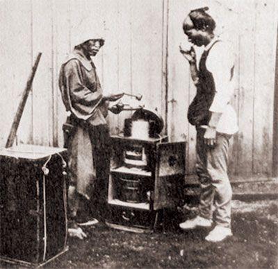 明治初期に撮影された風俗写真の中の甘酒売り。体力勝負の車夫(?)が甘酒を飲んで栄養補給中。 旬の噺⑨小噺・甘酒