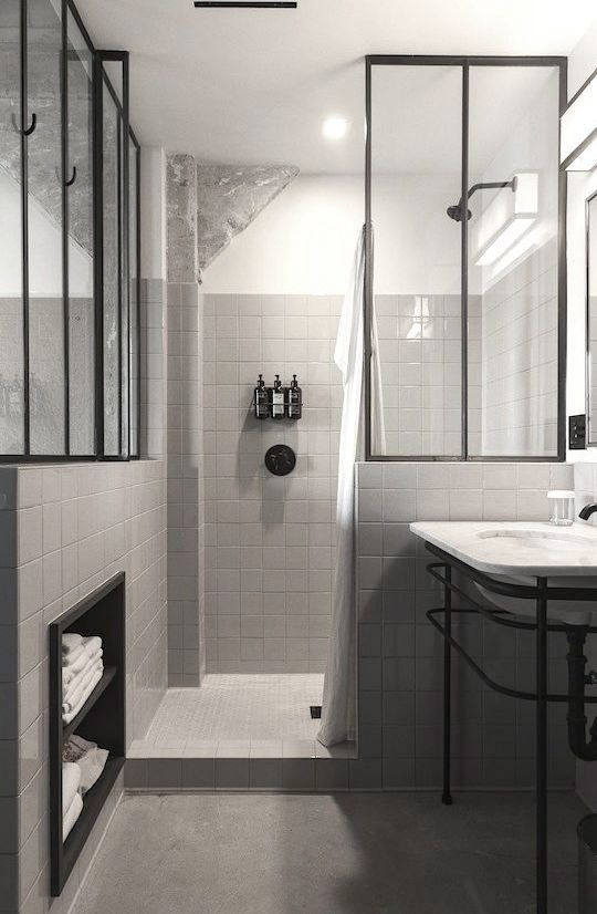 Vackra glasdörrar med mörkare stålram är en stark uppåtgående trend i inredningssammanhang. Här är 12 exempel på hur glasdörren kan användas som duschdörr.