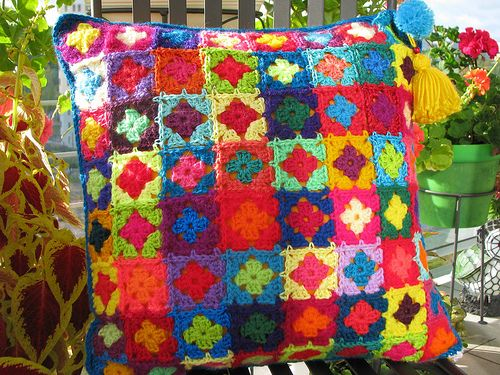 "вяжем диванные подушки  (Russian- ""Knitting for the home- bright cushions)  There are some really fun ideas here!"