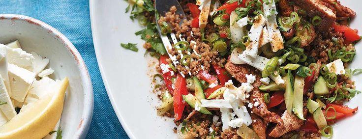 Het recept voor deze roerbakschotel met kip en quinoa komt uit het boek Fit in 15 van Joe Wicks. Een geweldig gerecht om spiermassa op te bouwen!