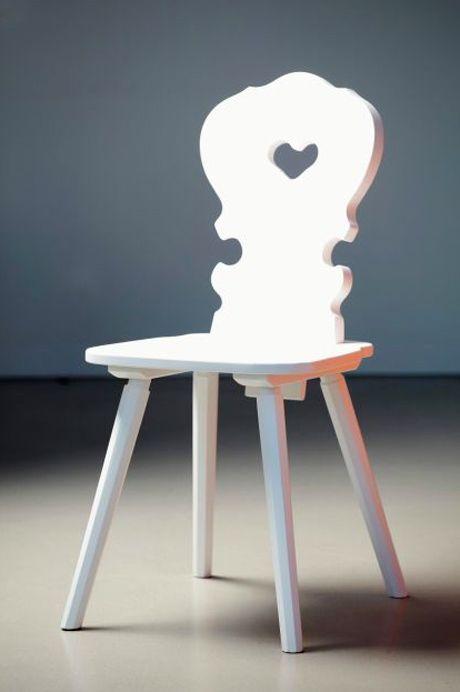 Herzerl-Stuhl gleich zweimal neu interpretiert... via Designchen, ©Jan Kurtz