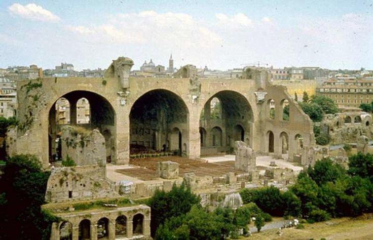 Basílica de Maxencio - Foi un dos edificios máis grandes da Roma Imperial. O emperador Maxencio mandouna construír (306 d.C.) e Constantino foi o que a rematou (312 d.C.). De enormes dimensións, a nave central elévase a 35 m. de altura. Un terremoto en 1.349 foi a causa de que se derrubasen as marabillosas bóvedas. Dende a Idade Media sufriu un saqueo constante de material utilizado para outras construccións.