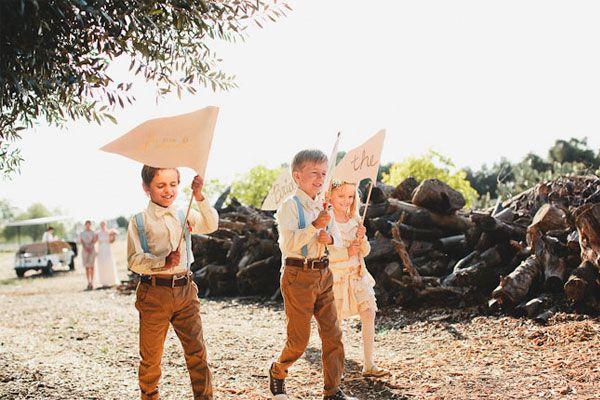 Crianças no casamento. #casamento #meninosdasalianças #suspensórios #vestido