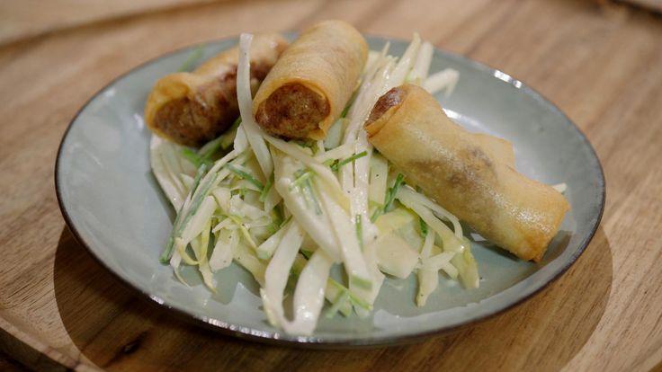 Konijn met pruimen, maar dan in een loempia. Hijgeeft er een lekkere salade met witloof en appel bij. Een fantastisch voorgerecht of, als je kleine loempia's maakt, een smakelijk aperitiefhapje.