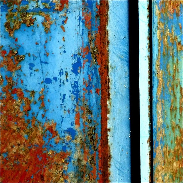 Trailer minimal, Rust and peeling paint on a farm trailer photo by Tina Negus, Flickr