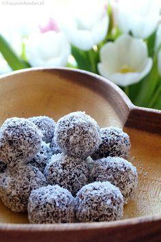 150 gram medjool dadels (ontpit), 100 gram havermout, 2 eetlepels rauwe cacao poeder, 1 theelepel vanille extract, 2 eetlepels kokosrasp, 75 ml water