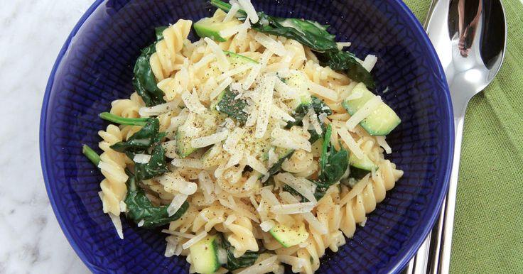 Grön variant på den klassiska rätten pasta carbonara. Siri gör sin med squash, spenat och vitlök.