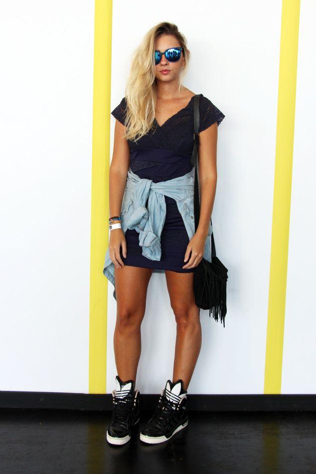 Eve Teixeira foi de vestido de acervo, jaqueta da Zara e tênis Adidas