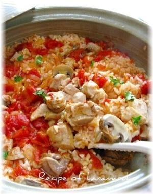 「鶏肉とホールトマトのふっくら土鍋で煮込みピラフ」土鍋の予熱におまかせピラフです。ごはんもふっくら、ほかほかトマトピラフができました。【楽天レシピ】