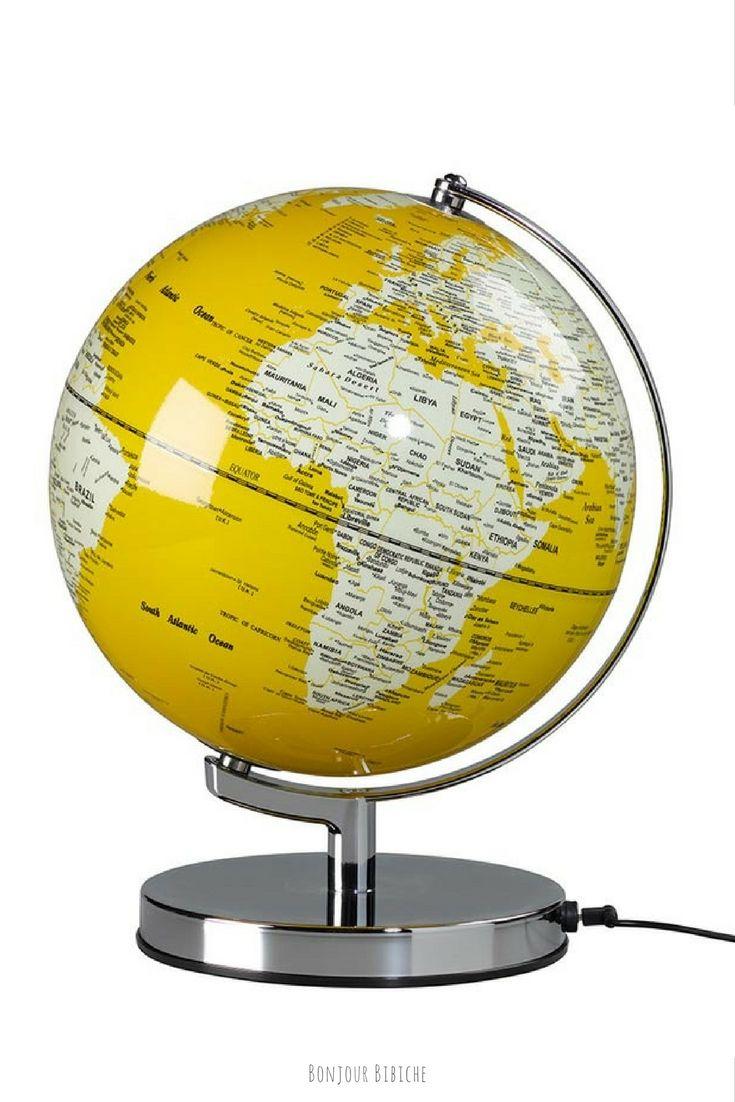 Si vous avez cédé à la tendance du jaune en déco, voici un globe terrestre lumineux de couleur jaune moutarde. Un accessoire déco qui égaye à lui tout seul une pièce entière !! Plus d'infos sur la boutique en ligne de Bonjour Bibiche <3 #deco #jaune #tendance #globe