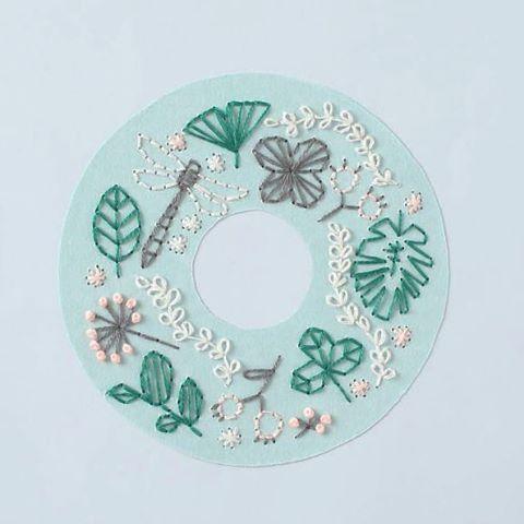 WEBSTA @ annastwutea - 『5つのステッチでできるannasの刺繍工房』(日本文芸社)の中から「初夏のリース」この紙刺繍もとてもお気に入りです。・・#刺繍 #ハンドメイド #ハンドメイド #handicraft #handembroidery #handmade #needle #needlework #embroideryart #embroidery #手刺繍 #手芸 #手作り #вышивка #紙刺繍 #handcraft #てづくり #stitch #자수 #刺繡 #川畑杏奈 #annas #アンナス #broderie #handiwork #needlecraft #paperstitching #5つのステッチでできるannasの刺繍工房 #リース #初夏