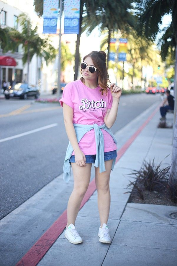 Look short jeans, camiseta pink Barbie, Bitch Better Have My Money Rihanna, óculos escuro, Rodeo Drive, Los Angeles, tênis branco.