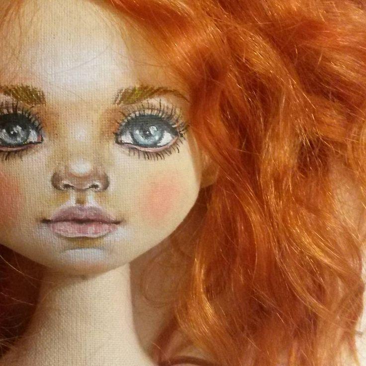 ну всё. .завтра уже поправлю симметрию . А пока покажу вот так не целиком лицо.  Задумала куклу- рыжика , но уже сейчас вижу что она шатенка .Куколка номер 9