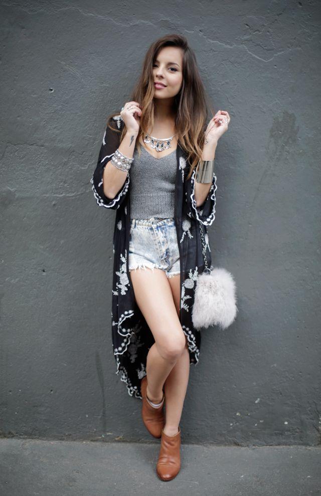 Giovanna Ferrarezi veste Kimono: Urban Outfitters | Regata: Brandy Melville | Short: Black Five | Bolsa: Topshop | Bota: Urban Outfitters | Colar: Free People | Pulseira: Amaro | Bracelete e Anéis: Sol Fashion