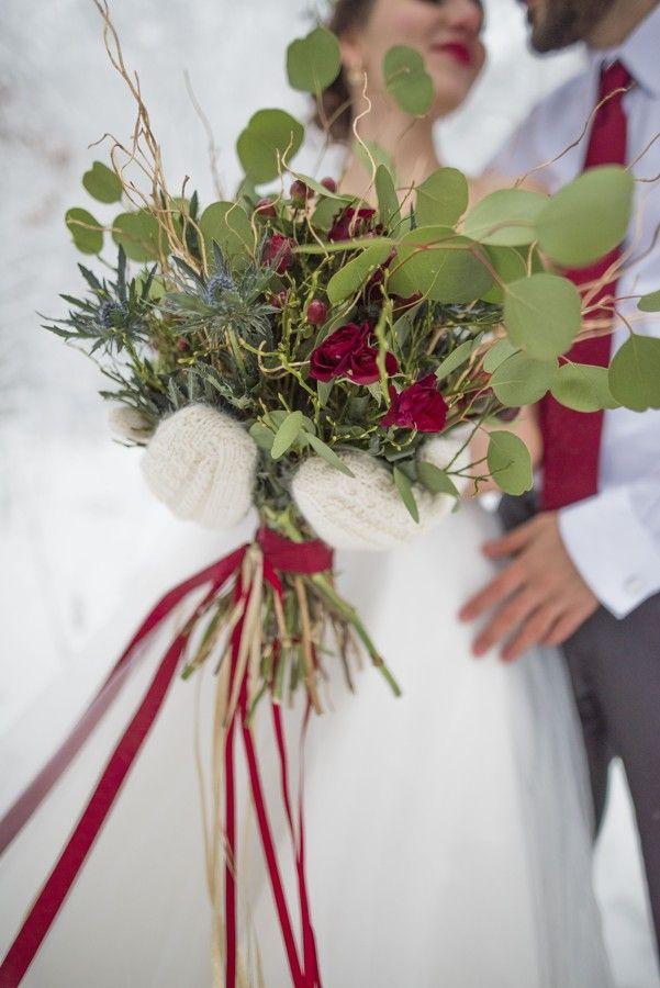 Kytice z rudých růží, eukaliptu a bodláků. Winter wedding bouquet   with eucalyptus and thistles.