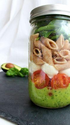 Caprese Salat im Glas mit Avocado Dressing. perfekt für die Mittagspause und es ist gesund. Noch mehr tolle Rezepte gibt es auf www.Spaaz.de