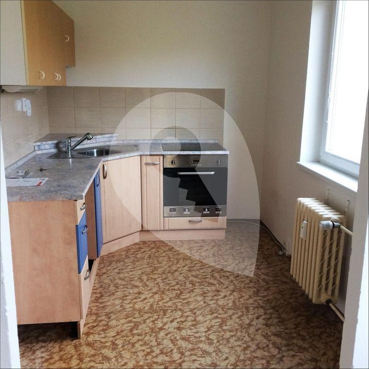 Pronajmu světlý byt 2+kk ve 2. patře bytového domu s výtahem v klidné rezidenční čtvrti. Byt se skládá z ložnice s výhledem do parku a obývacího pokoje s kuchyňským koutem se sporákem.  Byt je k pronájmu bez nábytku. Součástí bytu je koupelna s vanou, samostatné WC a balkon. K bytu náleží i sklep. Poplatky za správu domu, topení a vodu činí 3.000 Kč měsíčně, elektřina bude převedena na nájemce.