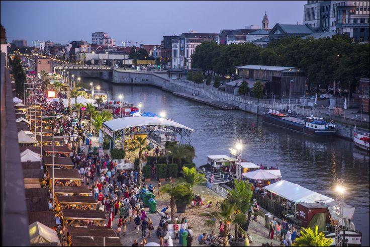 Brussel Bad verovert elke zomer de haven van Brussel. Naast de talrijke strandhutjes met drankjes en gerechten is er sport, cultuur, kunst en ontspanning voor iedereen. Zand van de Noordzee wordt over een lengte van 1 km langs het water aangelegd. De site bij het Saincteletteplein is gedurende één maand geopend, ongeveer tussen 15 juli en 15 augustus.