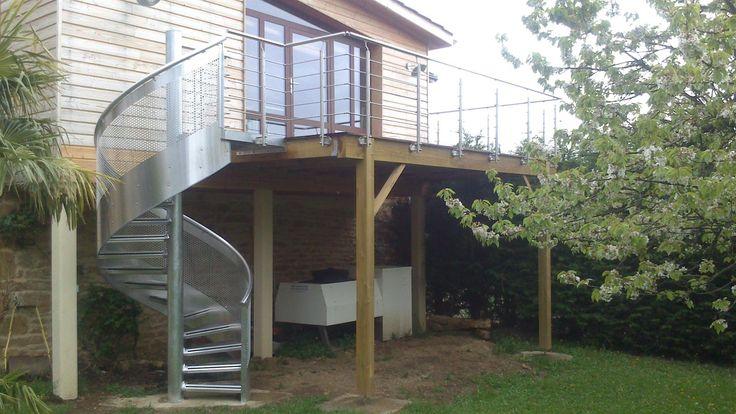Terrasse surélevée en bois et escalier en métal