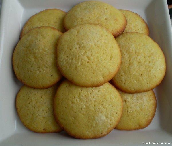 se bate los huevos con el azúcar después se echa el aceite después ala harina se le echan los polvos de hornear y la ralladura de limon luego se mezcla todo y con...