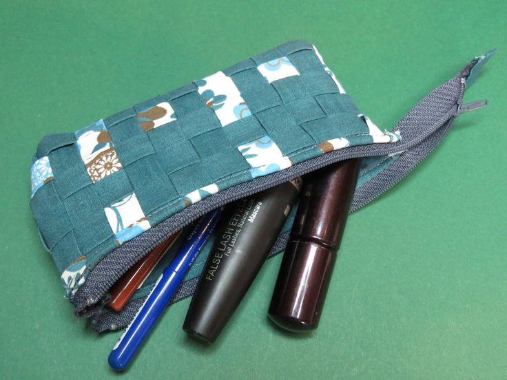 """Mini-Kulturtasche """"Strichpunkt klein"""", 14,5 x 7,5cm, Vorder- und Rückseite mit japanischer Flechttechnik, Innenstoff petrol. Als Makeup-Aufbewahrungstäschchen für die Handtasche oder auch als Brillenetui für Brillen mit max. 13cm von Bügelaußenseite zu Bügelaußenseite.//Mini toilet bag 14,5 x 7,5cm, front + back with Japanese meshwork, to be used for make-up or as spectacle case for glasses with 13cm max. horizontally from rim to rim."""