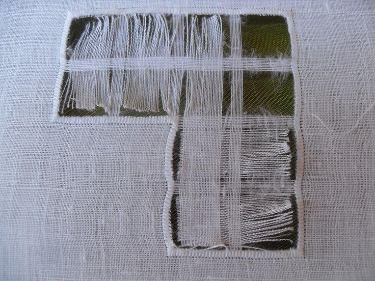 Tutorial sfilatura Passo 1 Metti il tessuto sul telaio ben teso. Inizio dall'angolo del disegno formando uno spigolo(a sx lascio 2 fili, per tre volte, a d