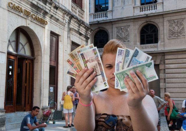 Anuncian en Cuba el fin de la doble moneda - Boletín de Cuba - ElNuevoHerald.com Une institutrice Cubaine gagne 5OO Pesos Mois et elle paye 3 CUE = Pesos Cubains pour 1 Litre d'Huile soit 75 Pesos CUE (Monnaie cubaine) pour un litre de Huile de Tournesol. 1 Peso CUC = $ 25 USD Dollars soit 18,75 Euros une bouteille d'huile du Professeur Tournesol ou de Colza donc 3/4 de salaire mensuel pour une bouteille d'huile de Tournesol ou de Colza à Cuba!