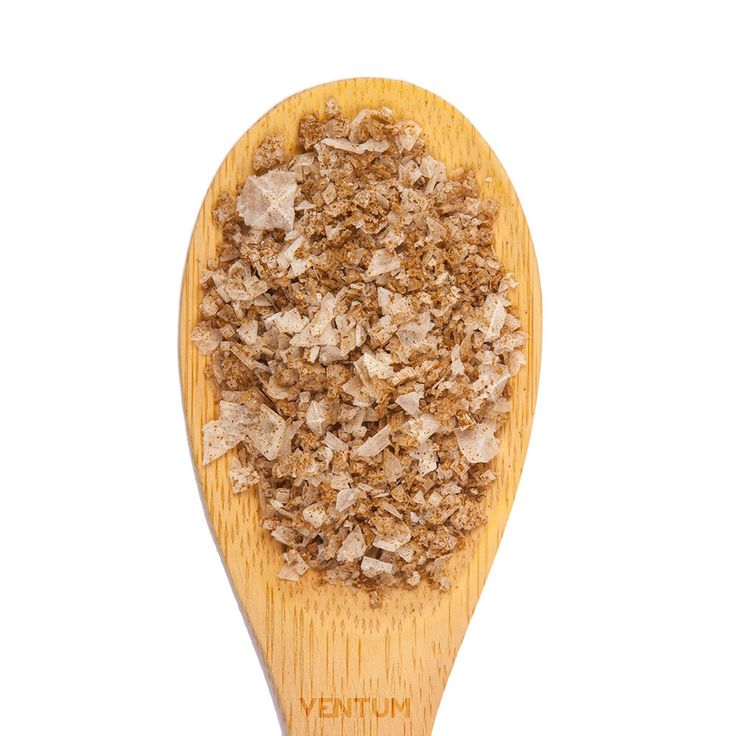 Es una mezcla de sal y de semillas de apio trituradas. El apio es un vegetal muy nutritivo de la familia de las umbelíferas, en él se encuentran vitaminas, del grupo B, A, C y E, también contiene varios minerales, entre ellos, fósforo, hierro, azufre, potasio, cobre, manganeso, zinc y aluminio. La flor de sal de apio nos da la posibilidad de poder hacer una gran variedad de sopas como de verduras, carne o pescado. Flor de Sal Apio combina con todo tipo de verduras.