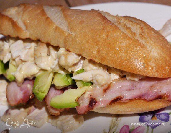 Мини-багет с курицей, авокадо и копченой грудинкой  В майонез хорошо добавить тархун, кинзу или мяту. Мясо подойдет любое — можно взять телятину, индейку, да и с сосиской получается очень вкусно. #готовимдома #едимдома #кулинария #домашняяеда #сэндвич #авокадо #курица #копченая #грудинка #аппетитно #завтрак #утро #ссобойка