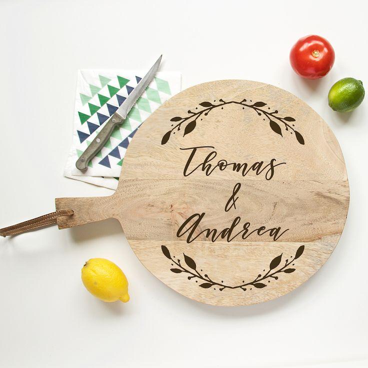 Broodplank Boho & Voornamen. Een origineel cadeau voor een bruidspaar, met hun eigen namen gegraveerd in een stoere, houten broodplank.