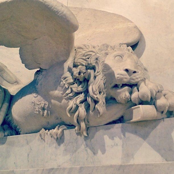 La forza si acquieta e quasi si addormenta. Canova, monumento funebre. #canova #basilica #frari #monumento